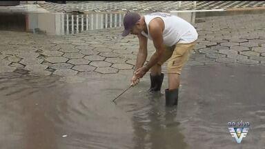 População de Mongaguá reclama de calçada esburacada - Pela lei, o dono é responsável, mas os moradores dizem que não tem fiscalização.