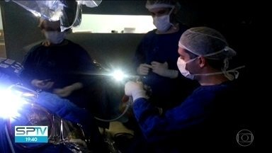 Médico desenvolve técnica onde utiliza smartphones em cirurgias no cérebro - Um neurocirurgião paulista do Hospital das Clínicas desenvolveu uma técnica onde ele utiliza smartphones em cirurgias no cérebro.