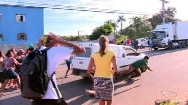 Motorista atropela manifestantes no ES e TV registra cena ao vivo - A cena foi registrada, ao vivo, pelo cinegrafista Vinícius Gonçalves da TV Gazeta, durante o Bom Dia ES, desta terça-feira (3).