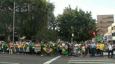 Moradores de Ponta Grossa saem às ruas pra protestar - Com rosto pintado e roupa verde e amarela, eles pedem a manutenção das prisões após condenação em segunda instância e que o STF rejeite o pedido de habeas corpus do ex-presidente Lula, condenado em segunda instância na operação Lava Jato.
