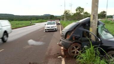 Motorista fica gravemente ferido ao bater em poste na TO-050 - Motorista fica gravemente ferido ao bater em poste na TO-050