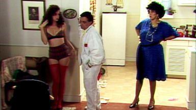 O Segredo de Darcy - Capítulo 02 - Em 'São Coisinhas de Mulher', Darcy toma banho com a vizinha Tatiana! Dona Celeste descobre por que Darcy e Otávio não têm filhos.