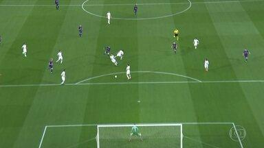 Messi solta a bomba de longe e Alisson faz boa defesa, aos 10' do 1º tempo - Messi solta a bomba de longe e Alisson faz boa defesa, aos 10' do 1º tempo.