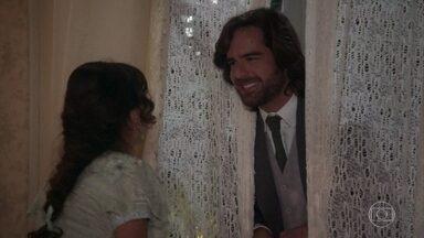 Rômulo surpreende Cecília no quarto da moça - A filha de Ofélia chama o namorado para irem ao cantinho deles