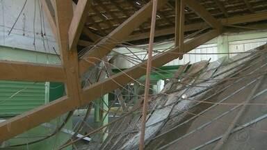 Engenheiros da Prefeitura de Bebedouro periciam escola que desabou na terça-feira (3) - Ao todo, 200 pessoas participaram de reunião de pais e mestres quando aconteceu o desmoronamento.