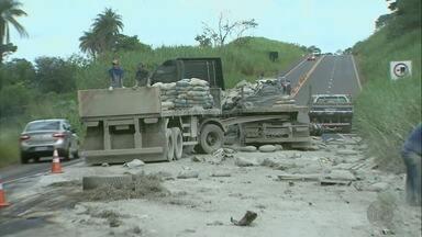 Mesmo trecho da Rodovia Ronan Rocha registra duas mortes em menos de 30 dias - Nesta quarta-feira (4), uma mulher morreu após ser arremessada para fora do carro em uma batida com um caminhão.