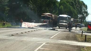 Manifestantes bloqueiam estradas no estado - Protestos se espalharam pelo Paraná.
