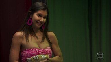 Leandra perdoa as dívidas de Desireé - A dona do bordel diz que é um presente de casamento