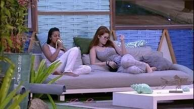 Gleici vai atrás de Ana Clara na área externa - Ana Clara se levanta e vai para a área externa da casa