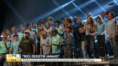 Artistas gravam clipe em homenagem ao Rio - A iniciativa foi dos organizadores do Rock in Rio. Os 30 artistas se reuniram nesta terça-feira na Cidade das Artes, na Barra da Tijuca, para gravar uma música com o objetivo de recuperar a autoestima da Cidade Maravilhosa.