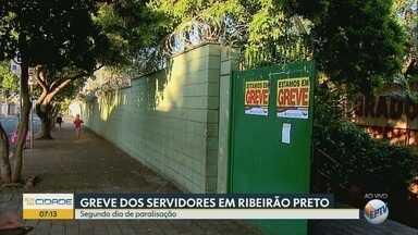 Greve dos servidores municipais afeta serviços públicos em Ribeirão Preto - No segundo dia de paralisação, moradores enfrentam problemas na saúde e na educação