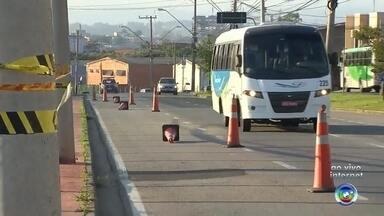 Avenida de Sorocaba continua parcialmente interditada depois de deslizamento de terra - O trânsito na avenida Fernando Stecca, na área industrial de Sorocaba (SP), continua parcialmente interditado. Na segunda-feira (9), um deslizamento de terra na obra de construção de uma indústria matou um homem.