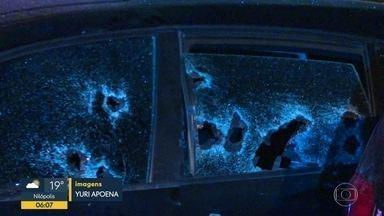 Bandidos efetuam mais de 50 disparos e matam PM aposentado no Recreio - O PM aposentado Anderson Claudio da Silva teve seu carro atingido por mais de 50 tiros no Recreio dos Bandeirantes. Um suspeito foi preso de ter efetuado os disparos.