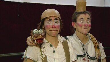 Companhia paulista 'Las Cabaças' faz temporada de espetáculos no Amazonas - A dupla de palhaças Bifi (Juliana Balsalobre) e Quinan (Marina Quinan) irão apresentar o espetáculo 'O dia da Caça' .