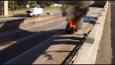 Kombi pega fogo na Rodovia Santos Dumont em Campinas; não houve feridos - As duas faixas da rodovia precisaram ser interditadas. O fogo já foi controlado pelos bombeiros e o veículo foi retirado do local.
