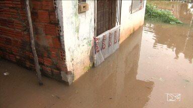 Famílias estão abandonando casas com medo da enchente em Codó - O Rio Itapecuru que passa na cidade está subindo rapidamente e a água pode avançar sobre as casas.