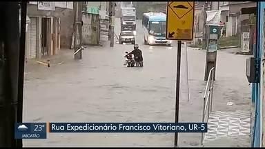 Alagamentos comprometem mobilidade em ruas e avenidas do Grande Recife - Telespectadores enviaram fotos e vídeos ao WhatsApp da TV Globo mostrando pontos críticos.