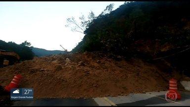 Rodovia Mogi-Bertioga é interditada novamente por deslizamento de terra - Motoristas encontram bloqueio na altura do km 89, em Bertioga. É a sexta queda de barreira registrada na via só em 2018.