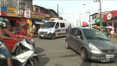 Motoristas se aproveitam da falta de fiscalização no trânsito em bairro de São Luís - Os carros circulam e param em qualquer lugar e o pedestre sofre para conseguir passar pelas ruas, na área da feira do bairro da Vila Palmeira.