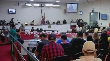 Câmara de Rio Preto derruba veto de prefeito contra o projeto Escola Sem Partido - A Câmara de Rio Preto (SP) derrubou o veto do prefeito Edinho Araújo contra o projeto Escola Sem Partido. Foi uma sessão barulhenta e cheia de protestos, mas apesar da pressão, 12 vereadores votaram para colocar o projeto em vigor.