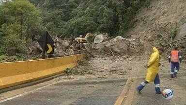 Deslizamento de terra causa interdição na Rodovia Mogi Bertioga - Incidente representa a oitava queda de barreira registrada na estrada em 2018.