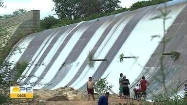 Chuva do início de abril melhora nível de barragens em Pernambuco - No Sertão, reservatório de Brotas, em Afogados da Ingazeira, está sangrando
