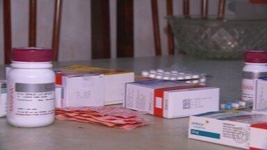 Problema da falta de insulina nas farmácias populares continua sem solução - A falta de insulina nas farmácias públicas continua. O orçamento de muitos pacientes acabou junto com a paciência e a história do estado dizer que o problema é pontual foi por água abaixo, como mostra a reportagem.