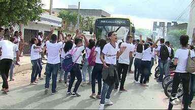Estudantes fazem protesto em frente escola reivindicando por passagens em Caruaru - Manifestação aconteceu na tarde da quinta-feira (12).