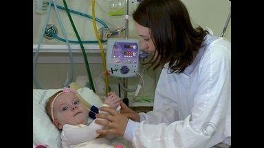 Família luta contra o avanço da doença AME na pequena Júlia - A menina tem atrofia muscular espinhal.
