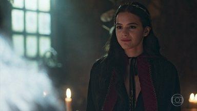 Catarina fala com Mandingueira sobre o futuro - A rainha de Montemor quer saber o que destino reserva para ela