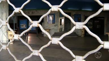 Biblioteca pública de Resende, RJ, continua fechada há mais um ano - Prefeitura prometeu transferir espaço para outro endereço, mas até hoje os livros continuam amontoados no mesmo lugar.
