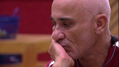 Ayrton diz que está chateado e Breno afirma: 'Escolhas são escolhas' - Brothers conversam na cozinha