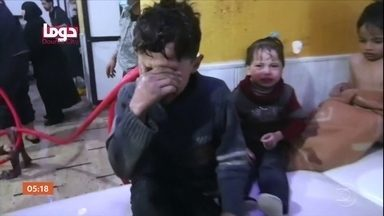 EUA, Reino Unido e França têm certeza que houve ataque químico na Síria - Organização para a Proibição de armas Químicas (OPAQ) investiga se substâncias tóxicas realmente foram utilizadas contra civis. Os três países dizem que a ofensiva aos moradores ocorreu a mando do ditador Bashar Al-assad. O governo sírio afirma que as imagens de crianças e de adultos sendo atendidos são uma encenação.