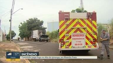 Caminhão abandonado pega fogo no Alto do Ipiranga em Ribeirão Preto - Veículo tem placas de São Joaquim da Barra (SP), mas proprietário ainda não foi identificado.