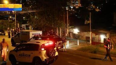 Desabamento de casa em construção mata mulher em Porto Alegre - Caso ocorreu na rua João do Rio, no bairro Partenon. Mulher de 30 anos morreu e homem de 25 ficou ferido e foi levado ao HPS.