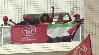 Militantes pró-Lula invadem triplex no Guarujá - O triplex que foi atribuído ao ex-presidente Lula foi invadido por militantes. Eles permaneceram no imóvel por três horas e saíram após negociações com a PM.
