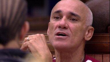 Ayrton pergunta para Paula: 'Quer que eu fale alguma coisa com seu pai, se eu sair?' - Brothers conversam na cozinha
