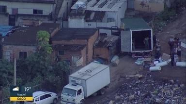 Bandidos são flagrados durante roubo de cargas em Costa Barros - O Globocop flagrou homens descarregando um caminhão de cargas em Costa Barros.