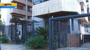 Homens se disfarçam de policiais e assaltam apartamento em Porto Alegre - Quatro homens com camisetas com o logo da Polícia Civil informaram o porteiro que tinham um mandado de busca e apreensão em um dos apartamentos. Foram levados R$ 7 mil e outros objetos.