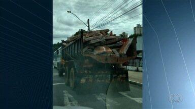 Caminhão leva entulho sem nenhuma proteção em rua de Goiânia - Infração é considerada grave. Motorista leva 5 cinco pontos na CNH e recebe multa de R$ 195.