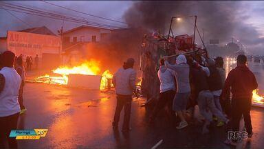 Em protesto moradores fecham avenida das torres em Curitiba - Os moradores reclamas de uma suposta violência de policiais militares durante o último final de semana.