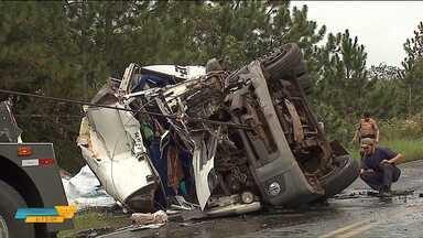 Acidente entre caminhão e ônibus deixa motorista gravemente ferido - O acidente aconteceu na PR 151, no ônibus estavam apenas dois motoristas, um está em estado grave.