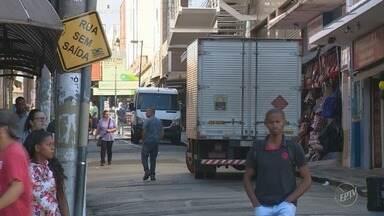 Comerciantes impedem caminhoneiros de parar para realizar cargas e descargas em Campinas - Situação polêmica acontece no centro da cidade. Os donos das lojas colocam objetos perto da calçada para evitar a parada de caminhões.