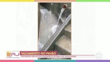 Moradores do Pavão Pavãozinho, em Copacabana, denunciam vazamento de água - Moradores dizem mostram que água desce com força ao lado de uma escada na parte alta da comunidade. Cedae diz que mandou equipe e resolveu o problema.