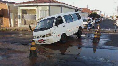 Abastecimento de água é interrompido em bairro de Rio Claro após rompimento de adutora - Segundo o Daae, a previsão é que até a tarde desta terça-feira (17) o serviço esteja normalizado.