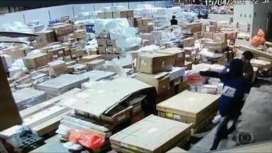 Roubo de centenas de celulares permanece sem solução no Rio - Já se passaram quatro dias desde o roubo de centenas de celulares no Aeroporto Internacional do Rio, e a polícia ainda não tentou recuperar os produtos. A carga está avaliada em mais de R$ 3 milhões.