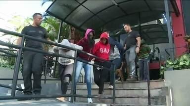 Polícia de SP prende 20 integrantes de gangue de roubo de celulares - A gangue, que agia na região do Brás, onde há um centro de comércio popular, é formada por mulheres que costumavam roubar nas portas das lojas.