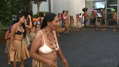 Índios dançam em frente à Câmara de Vereadores de Londrina - Caingangues comemoraram o Dia do Índio (19 de abril) e também pediram respeito às tradições e aos direitos indígenas.