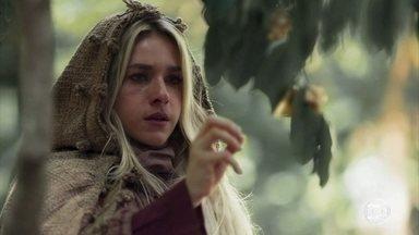 Glória come o fruto novamente - Osiel chega à casa da noiva e fica preocupado com seu sumiço. Glória volta à floresta e relembra o que a Mandingueira lhe disse sobre comer o fruto