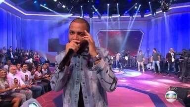 """Projota canta """"Ela Só Quer Paz"""" - Artista também participou da final do BBB 17"""